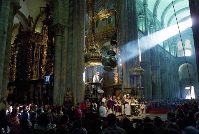 El botafumeiro, cincuenta y tres kilos de incensario volando la Catedral.